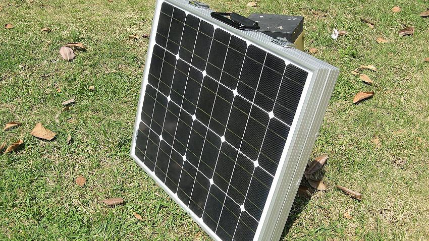 Quadratischer Solarkoffer auf einer grünen Wiese