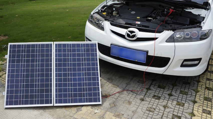 weißer Mazda ist an einen Solrakoffer angeschlossen um dessen Batterie zu laden
