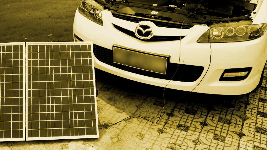 Auto, welches durch einen Solarkoffer geladen wird