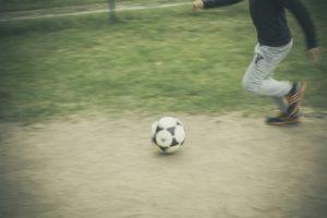 Ein verirrter Fußball kann viel Schaden anrichten